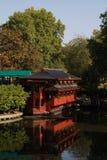 由湖的中国餐馆 免版税库存照片