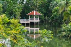 由湖的亭子在轰隆Krachao公园,曼谷 免版税库存图片