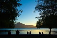 由湖的人们 图库摄影