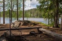 由湖的休息的站点在芬兰国家公园 免版税库存图片