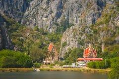 由湖的佛教寺庙 免版税库存照片