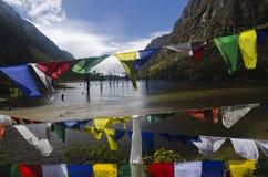 由湖的佛教祷告旗子 库存照片