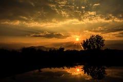 由湖的太阳上升 免版税库存图片