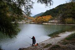 由湖的女渔翁在克里米亚半岛Mangup无头甘蓝山附近 免版税库存图片