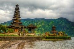 由湖的寺庙 库存照片