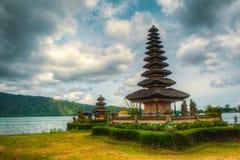 由湖的寺庙 免版税库存照片
