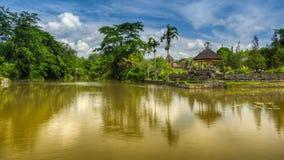 由湖的寺庙 图库摄影