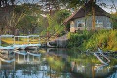 由湖的小屋在黎明 库存照片