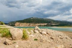 由湖的岩石 免版税库存图片