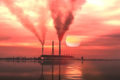 由湖的工业风景 免版税图库摄影
