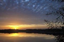 由湖的日落 库存照片