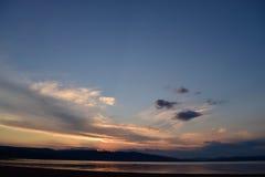 由湖的日落 免版税库存照片