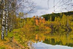 由湖的村庄在秋天。 免版税库存照片