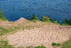 由湖的沙子在一个晴天 免版税库存图片