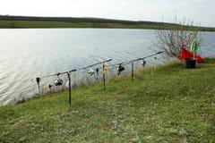 由湖的渔阵营 免版税库存图片
