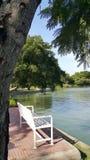 由湖的白色长凳 免版税库存照片