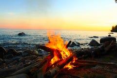 由湖的篝火 免版税库存照片