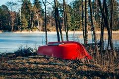 由湖的红色小船 库存图片