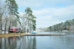 由湖的红色捕鱼小屋 免版税库存图片