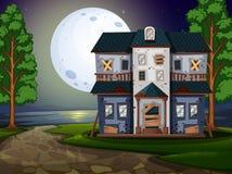 由湖的被困扰的房子在晚上 库存例证