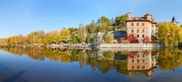 由湖的议院在Buki乌克兰村庄  库存图片
