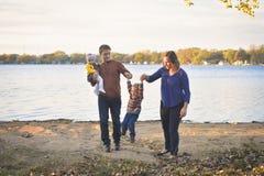 由湖的逗人喜爱的家庭 图库摄影