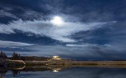 由湖的镇静夜 免版税库存照片