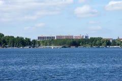 由湖的高层建筑物 免版税库存图片