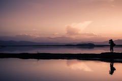 由湖的黄昏 免版税图库摄影