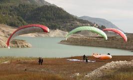 由湖的滑翔伞 免版税图库摄影