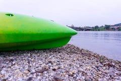 由湖边的绿色皮船 库存照片