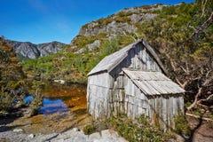 由湖边的老木小屋在摇篮Mountain湖St. nat的Clair 图库摄影