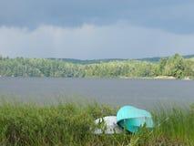 由湖边缘的两艘皮船  图库摄影