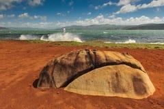由湖阿雷纳尔的大石头有风帆冲浪者的 库存图片
