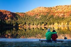由湖1的年轻夫妇 免版税图库摄影