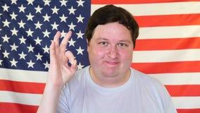 由满意的肥胖人的好标志美国旗子的背景的 ?? 股票录像