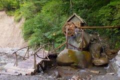 由瀑布Psydah在河轴的谷,俄罗斯的Watermill 库存照片