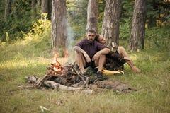 由火的浪漫休息 女孩有行家的举行杯子火的 库存照片