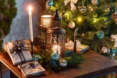 由烛光的圣诞节晚上 与壁炉的经典公寓, 免版税库存图片