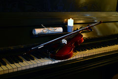 由烛光的小提琴钢琴 免版税库存图片