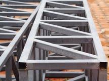 由焊接金属钢长方形箱子做的被绘的捆空间框架 免版税库存图片
