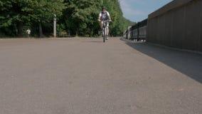 由照相机的男性骑自行车者通行证,从低点的看法,移动向照相机 股票视频