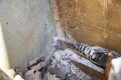 由熟练的技术员的墙壁钻子 免版税库存照片