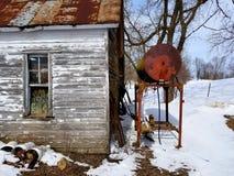 由燃料桶的土气棚子 免版税库存照片