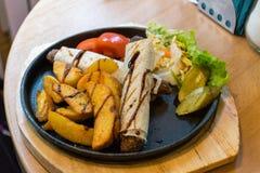 由玉米粉薄烙饼的Kebab套在热的铁板材 免版税库存照片