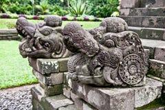由玛琅,东爪哇向在Candi Kidal寺庙的工艺扔石头近 库存图片