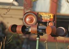由玩具拖拉机和锡罐做的被风吹陀螺 免版税图库摄影