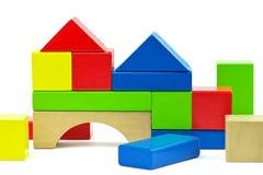 由玩具木五颜六色的积木做的议院 免版税库存照片