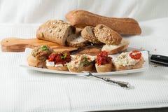 由甜椒做的可口沙拉,茄子,在切的面包的蕃茄 库存照片