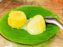 由甜芒果和黏米饭的泰国点心 免版税图库摄影